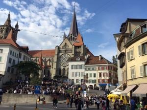 Castedral de Laussanne y Teenagers suizos haciendo botellón.